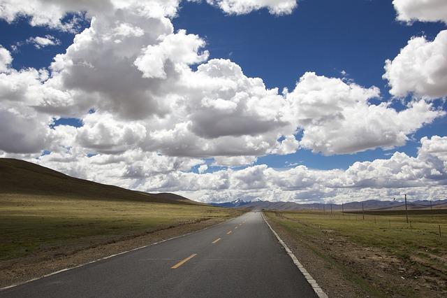 mraky nad silnicí