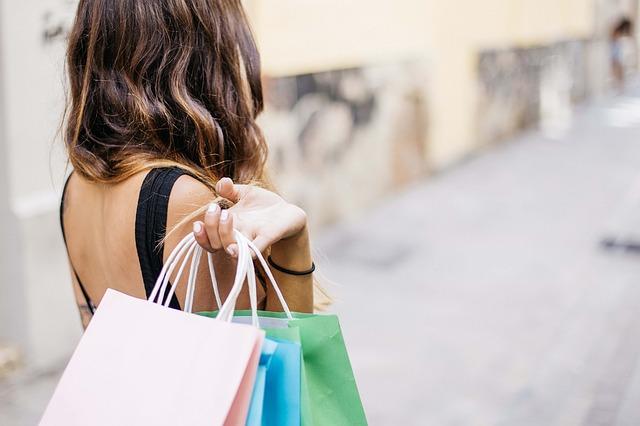 dívka po nákupech