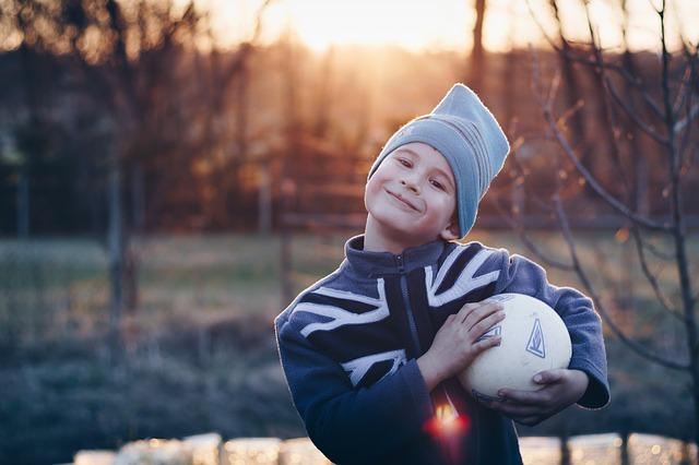 Dítě držící míč.jpg