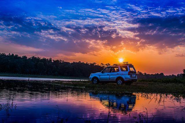 auto v noci u jezera.jpg