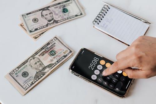 Umíte si spočítat kolik peněz dostanete na výplatu? S výpočtem vám pomůže kalkulačka!